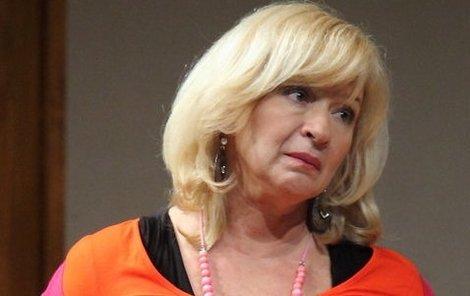 Jana Paulová v divadelním přestavení hraje boubelatou maminu.