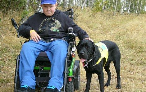 Sonyho jako asistenčního psa vycvičilo a Honzovi zdarma poskytlo obecně prospěšné sdružení Pomocné tlapky.
