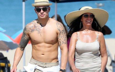 Casper Smart se po pláži neprochází se svou milovanou, ale s maminkou.