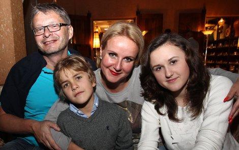 Vendula ve společnosti Vladimíra, jeho dcery Petry a svého syna Jakuba zářila jako sluníčko.