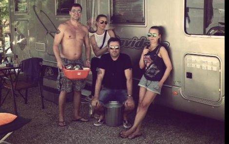 Modelka tráví dovolenou s přáteli v karavanu.