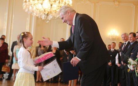 Janička doslata od prezidenta Zemana ocenění a dárky. Na oplátku mu dala nakreslený obrázek.