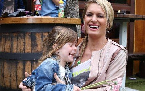 NEJrůžovější holky  Anička (5) a maminka Olga Menzelová (35).  Růžová je dobrá, slušivá a holky Menzelovy to dobře vědí.