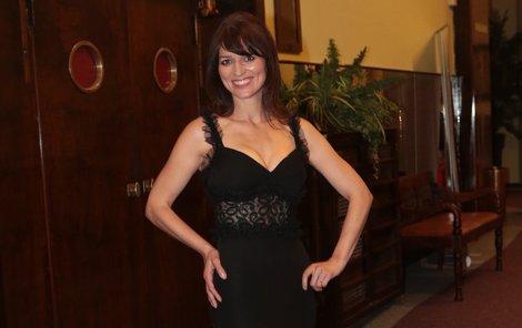 Adéla v sexy šatech předvedla dokonalou postavu.