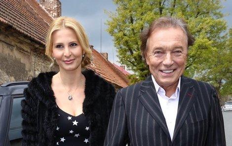 Karel Gott s manželkou Ivanou na svatbě Prachařových