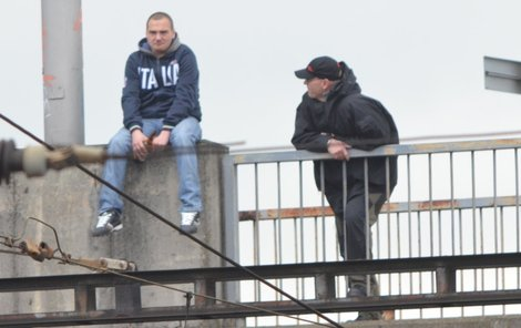 OLOMOUC, HL. NÁDRAŽÍ, ÚTERÝ  11.02  Mladík sedí na zábradlí mostu, přiblížil se k němu psycholog.