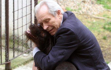 Sbohem, kamaráde, objal Švehlík naposledy čtyřnohého parťáka.