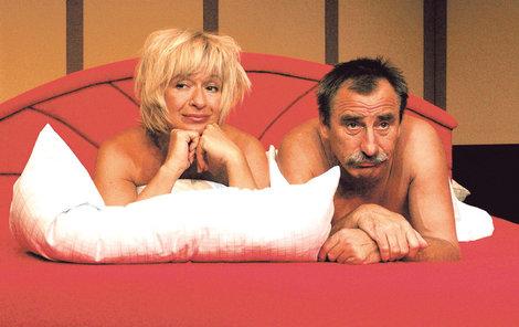 2004, Listopad - Knír narostl a Pavel skončil v posteli s Janou Paulovou. V divadelní hře Bez předsudků.
