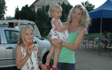 S dcerkami Valentýnkou a Majou (uprostřed).