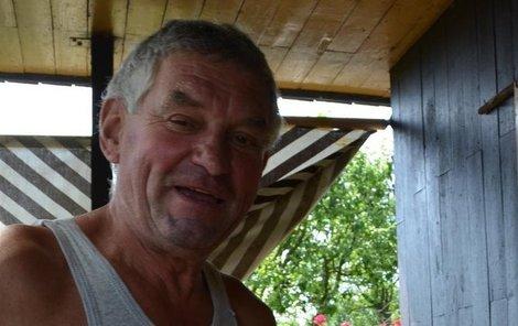 Ladislav Kužela u okna, kterým mu do chatky zloděj vlezl.