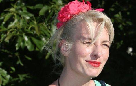 Červen 2013  Herečka k platinové blond zvolila barevné oblečení.