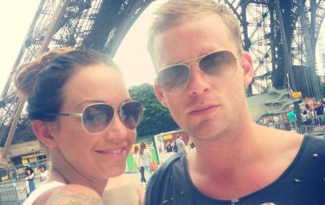 Teď si manželé užívají v Paříži.
