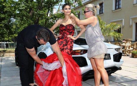 Bez stylisty Pavla Filandra a asistentek neudělala modelka ani krok.