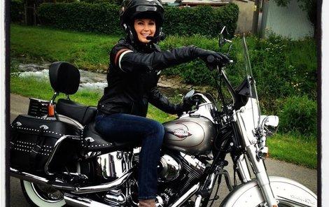 Moderátorka je v motorkářském neuvěřitelně sexy.