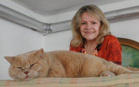 Chalupu si oblíbil i její kocour Lord, který se nejraději válí na peci.