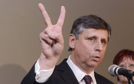 Jan Fischer nevyhrál volby, boj s dluhy ano