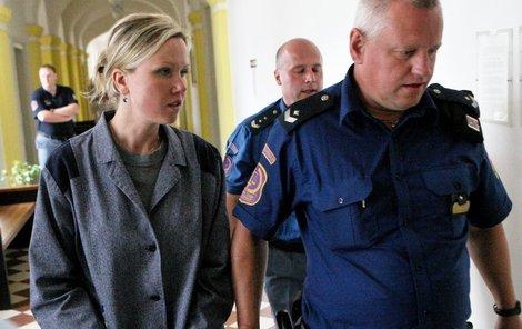 Eskorta Mauerovou odvedla zpátky za mříže.