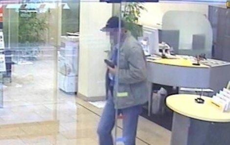 Knírač zachycený na kameře v bance.