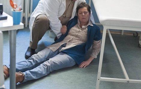 Jako Josefka v seriálu Doktoři z Počátků má zdravotní problémy. Pomáhá jí Václav Postránecký.