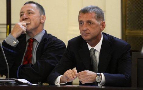 Janoušek (vpravo) se svým advokátem u soudu.