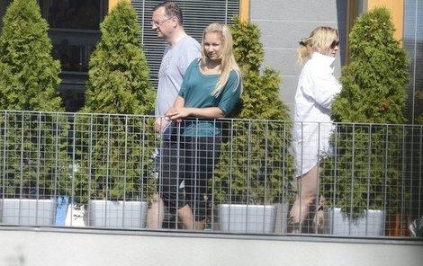 Nedělní pohodička na balkoně Jany Nagyové. Mamince přišla popřát i jedna z jejích dcer, nechybí samozřejmě Petr Nečas, který milence nejspíš poskytl i svou košili.