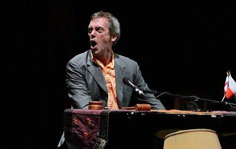 Během koncertu se zpěvák doprovázel na klavír i kytaru.