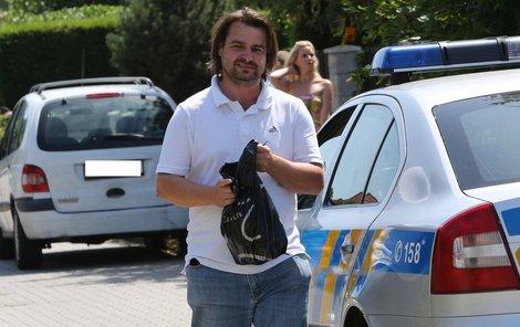 Zdeněk Macura přijel Ivetě vrátit její věci. Po incidentu s Rychtářem ale utíkal před policií.