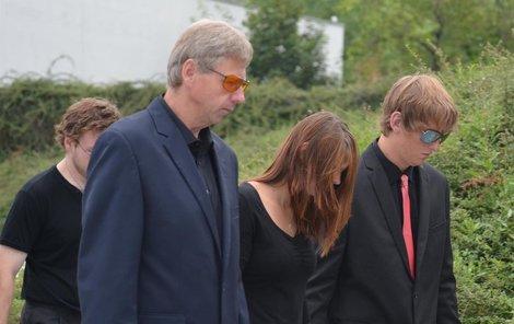 Manžel (vlevo) a syn Václav (vpravo) skrývali svou bolest za tmavými brýlemi.Kytice na rozloučenou od kolegů z firmy Bohemia.