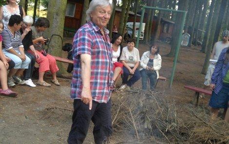 Václav má táborový oheň moc rád.