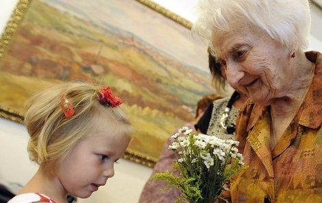Nejstarší obyvatelka Vysočiny Marie Cahová oslavila 9. srpna s jednodenním předstihem své 107. narozeniny.  Přeje jí prapravnučka Ester (4).