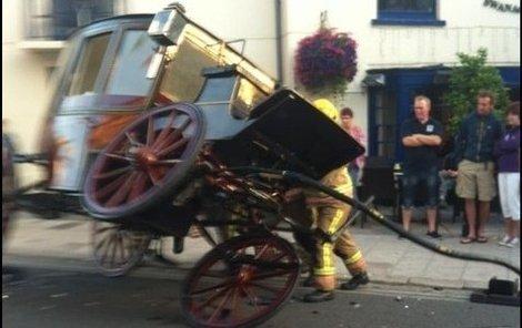 Ještě, že v kočáře nikdo neseděl...  Taková nehoda se nevidí každý den.