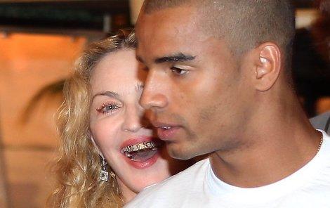 Po boku svého milence nešetřila Madonna diamantovým úsměvem.