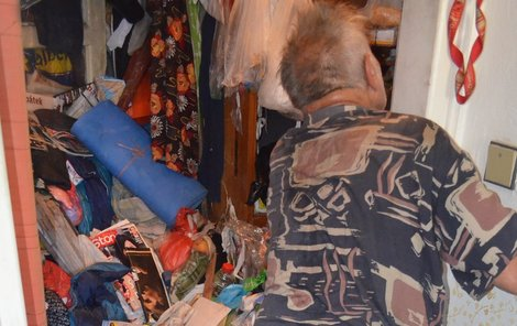 Důchodce z hromady odpadků v bytě »vylovil« novou televizi s plochou obrazovkou.