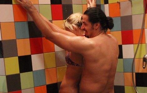 Takhle se vladko ve sprše užíval s Evou.