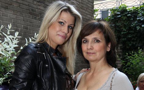Veronika se starší dcerou Terezou.