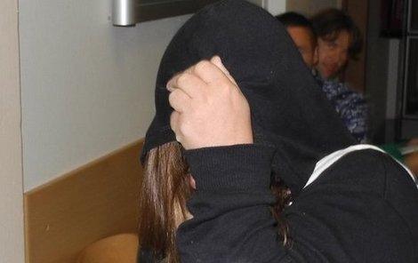 Vražedkyně si u soudu skrývala obličej.