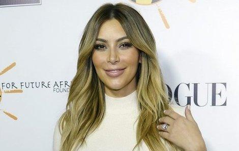 Kim je pyšná na patnáctikarátový prten i svou pochvu.