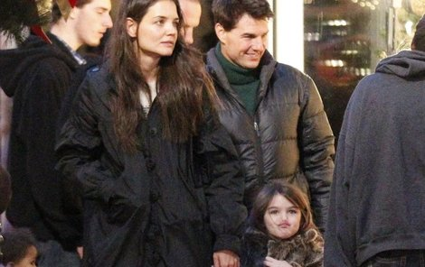 Tady ještě byli Tom, Katie a Suri šťastná rodinka.