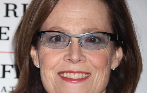 Rudé oko se snažila zakrýt brýlemi.