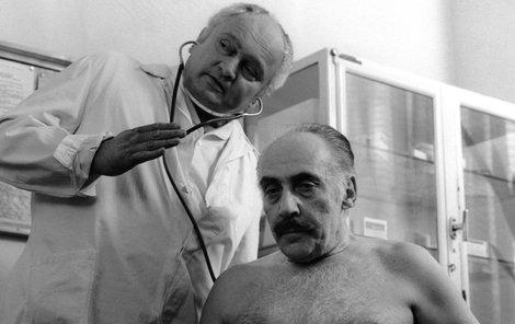 Herec Miloš Kopecký (vpravo) a psychiatr Miroslav Plzák během natáčení filmu Causa králík, 1979.
