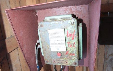 Tímto telefonem se volalo obsluze, že může lanovku spustit.