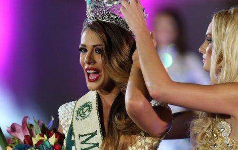 Tereza Fajksová korunku předala krásce z Venezuely.