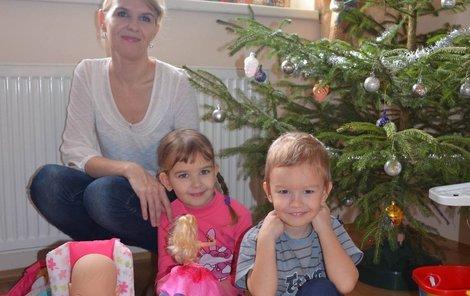 Rozárka s Františkem našly pod stromečkem dárky, které si přály.