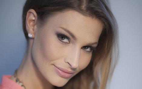 Víc než jako moderátorka působí Petra jako hollywoodská filmová hvězda.