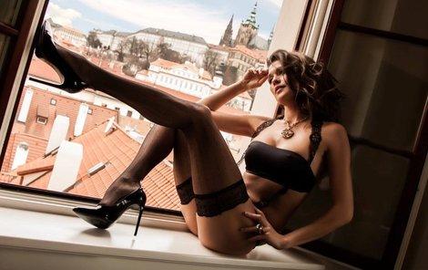 Faltýnová se ukazovala v okně.