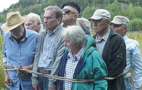 Herci si připomínali pochod v laně přesně tak, jak museli kdysi vězni pochodovat za trest. Ladislav Mrkvička (75), František Němec (70), Leopold Haverl (78), Petr Kostka (75), Petr Nárožný (75), Luděk Munzar (80), Oldřich Vlach (72) – je schovaný za Munzarem, Jan Tříska (77), Ladislav Trojan (81). Součet věků: 683