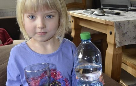 Malá Ema, stejně jako všichni v obci, musí pít jen vodu z PET láhve.
