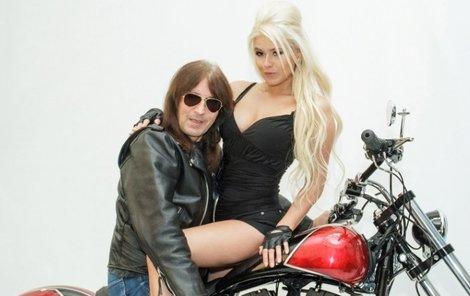Blondýnka Claire Muzik se s Brichtou poprvé objevila v jeho videoklipu