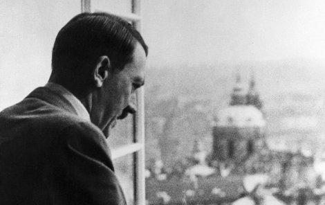 Adolf Hitler shlíží 16. března 1939 z okna Pražského hradu.