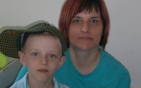 Stát vzal mámě malého Honzíka (8) z Karviné, který přežil rakovinu krve, příspěvek na péči o osobu blízkou. Rodina nyní živoří.